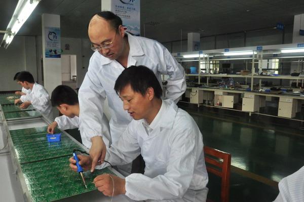 一名工人将pcb板(印刷电路板)清扫干净